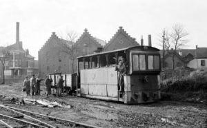 """Photo 01895 Eghezée. Manoe""""uvres dans la sucrerie avec la locomotive à vapeur 689. Date: inconnue"""